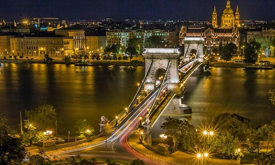 Budapest by night: tour with dinner and Hungarian folklore show