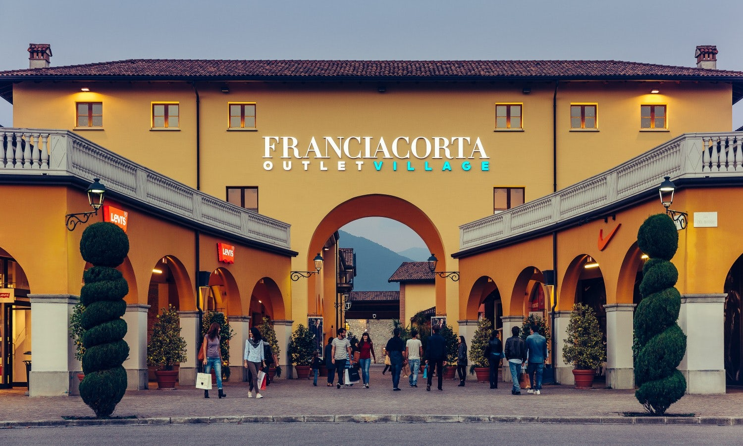 Serravalle designer outlet shopping tour from milan for Milan factory outlet