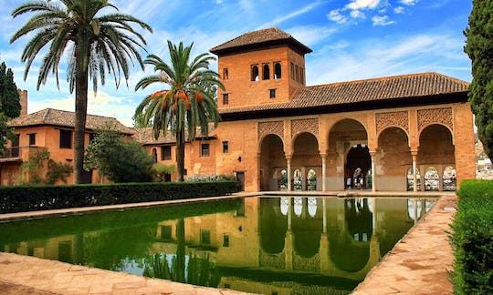 Granada walking tour with Alhambra Palace and Generalife Gardens from Málaga