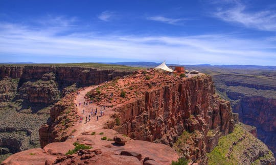 Tour in bus al Grand Canyon West Rim con elicottero, barca e biglietti Skywalk