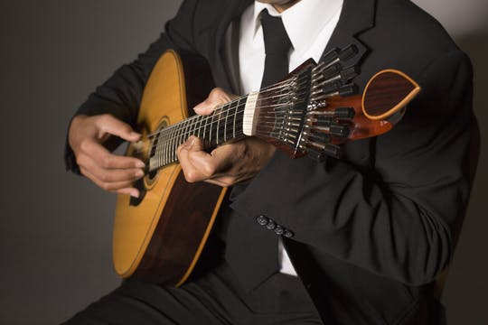 Fado walking tour with live music show