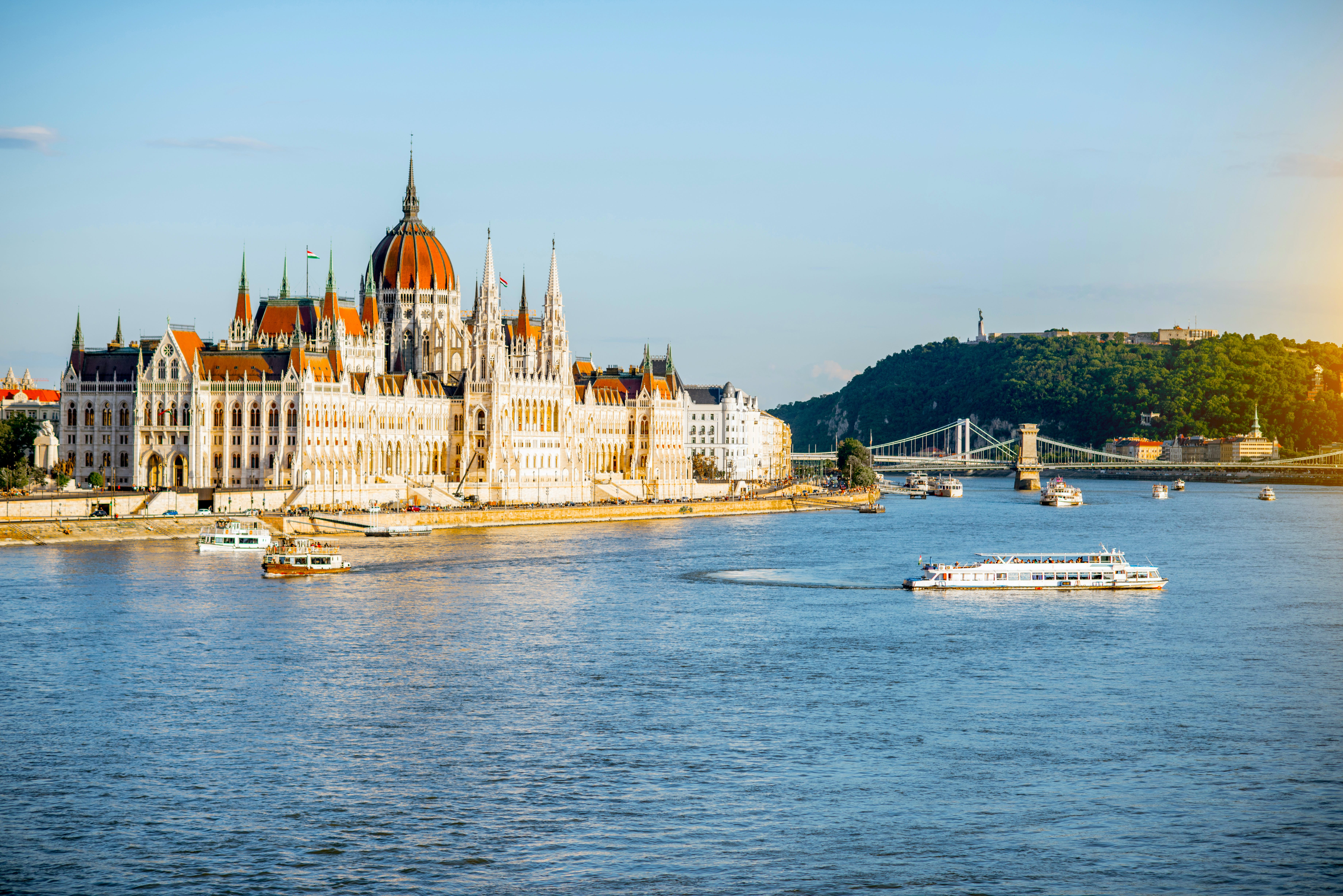 Hungarian Parliament tour and cruise with drink