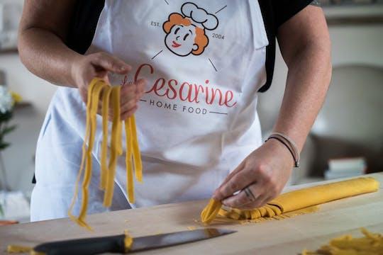 Lunch lub kolacja i pokaz gotowania w domu Cesariny w Bolonii