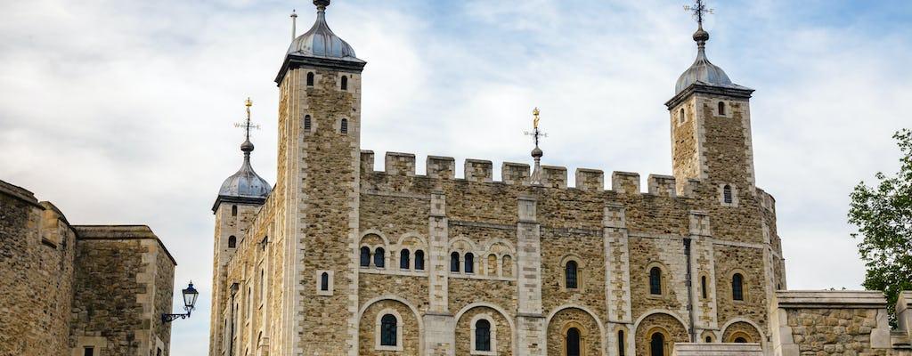 Torre di Londra e pubblico privato con un Beefeater