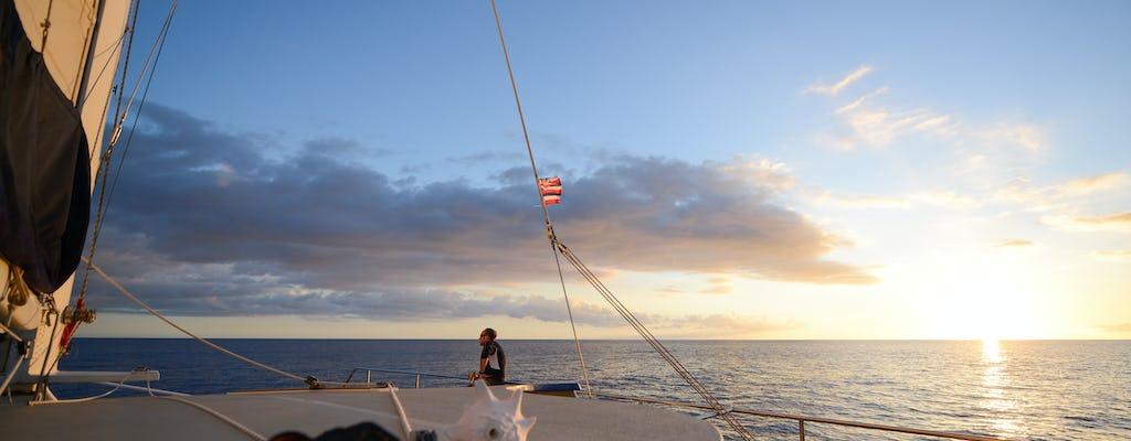 Excursión en velero al atardecer en catamarán de Hawaii.