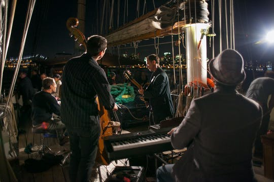 Navegación al atardecer con vino y jazz a bordo de Clipper City