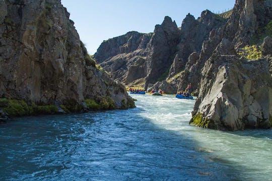 Maravilloso rafting en el cañón del río glacial del oeste