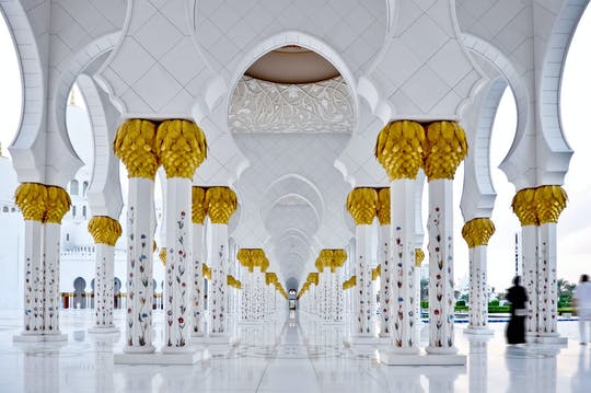 Day trip of Abu Dhabi and its royal palaces from Dubai