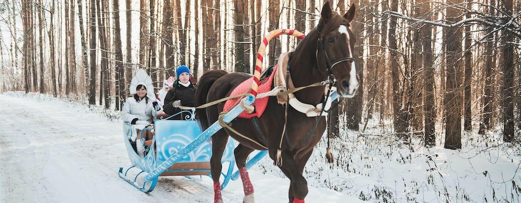 Barbacoa tradicional rusa de invierno con trineo de caballos