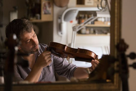 Visiting a master violinmaker workshop in Venice