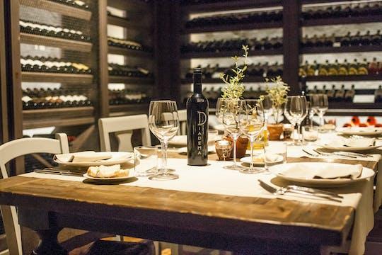 Esperienza di vinificazione e cena gourmet presso una cantina vinicola toscana