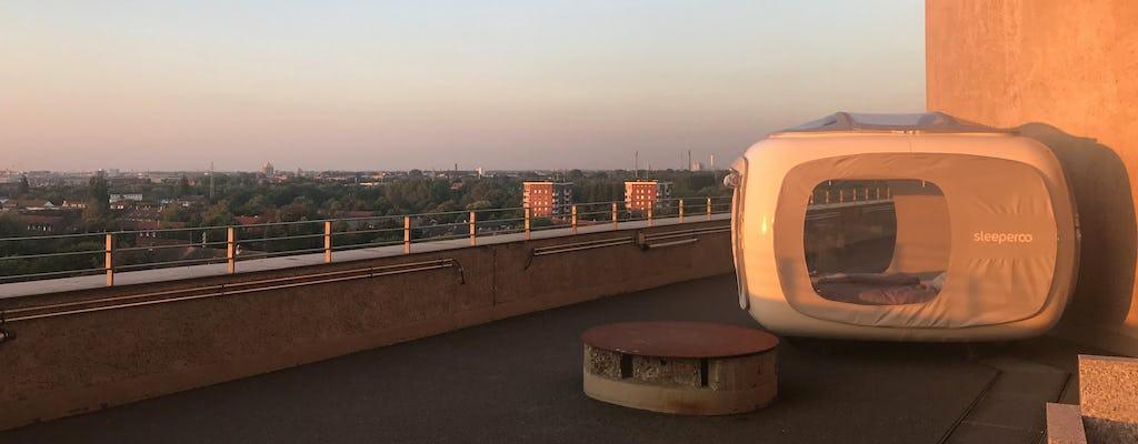 Übernachtung im Sleeperoo-Cube mit Blick auf die Skyline von Hamburg