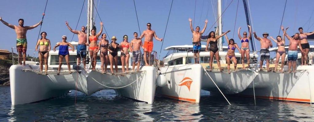 Crucero semiprivado en catamarán al atardecer en Santorini