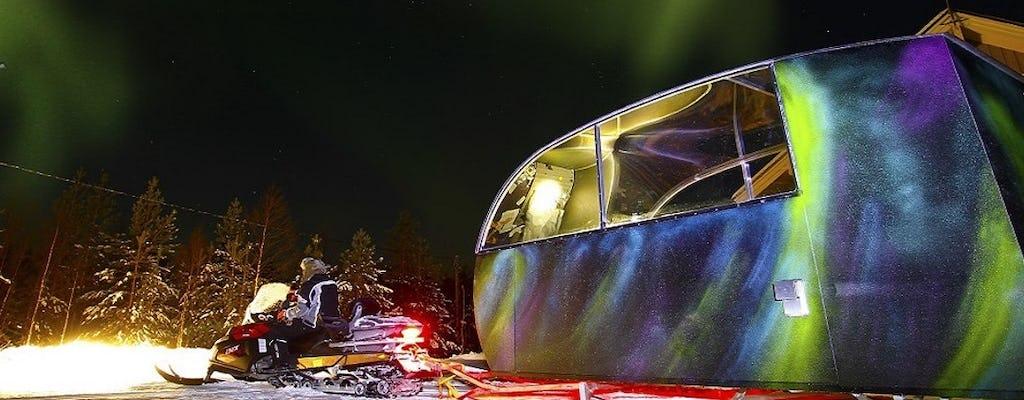 Caça à aurora boreal na cabine de vidro Aurora