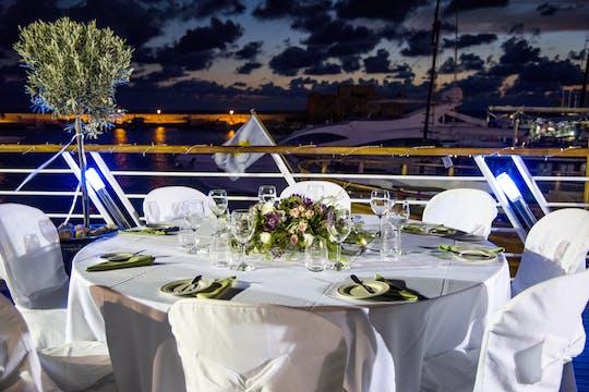Bootsfahrt mit Abendessen und Feuerwerk