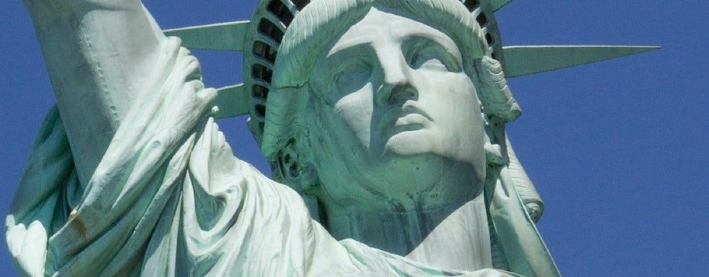 Statua della Libertà con accesso al piedistallo, Ellis Island e tour guidato prima del traghetto