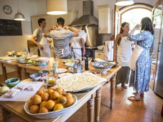 Lezione di cucina, tour del mercato e pranzo a Taormina
