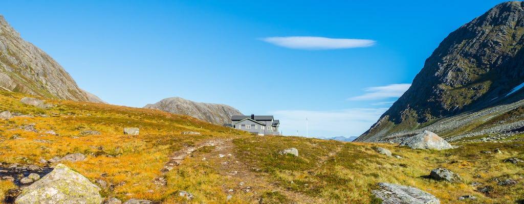 Durante la noche senderismo y escalada aventura en Noruega