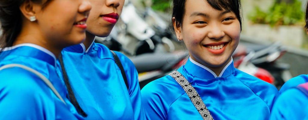 Tour gastronomico di Ho Chi Minh City su scooter con power riders femminili