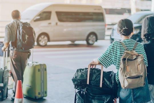 Privater Transfer vom neuen internationalen Flughafen Yogyakarta zu Stadthotels mit Reiseführer