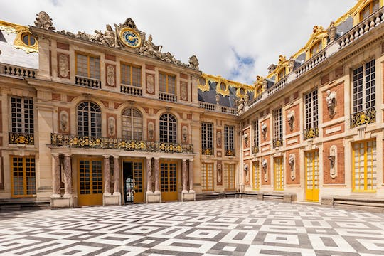 Tour of the Palace and the Trianon with lunch and transportation from Paris