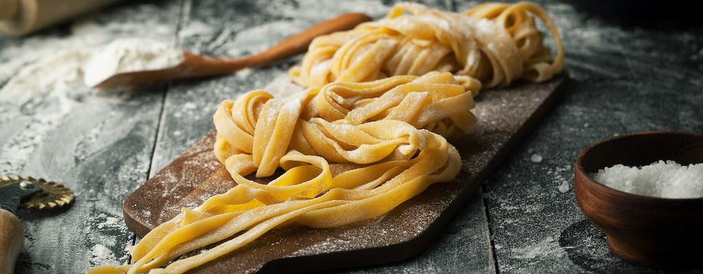 Clase de cocina con pasta fresca y cena en un restaurante italiano.