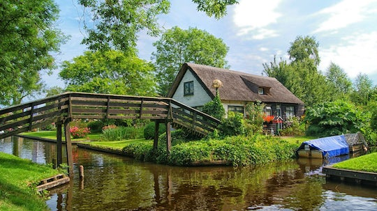 Private tour to Giethoorn from Amsterdam with canal cruise and museum ticket