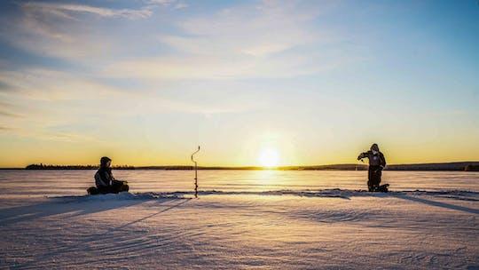 Vá pescar no gelo em um lago congelado