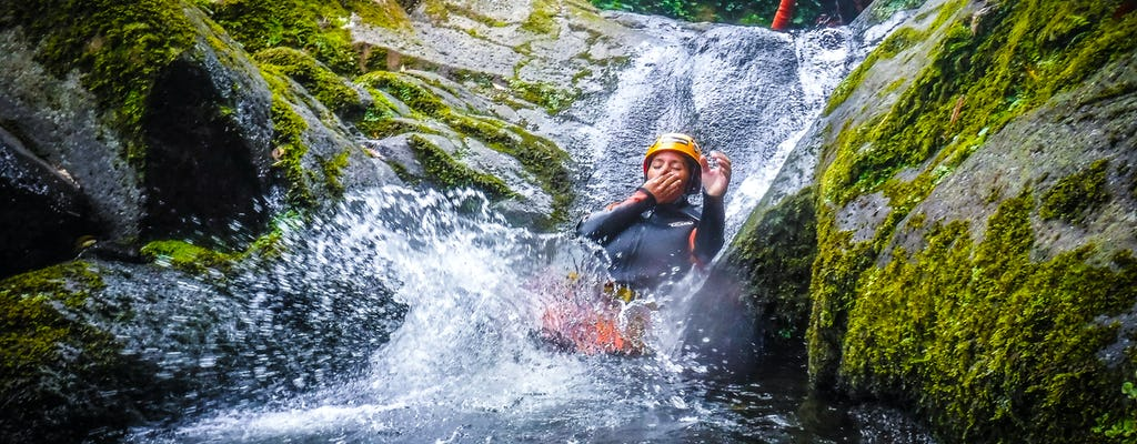 Doświadczenie w kanionie w parku przyrody Caldeirões