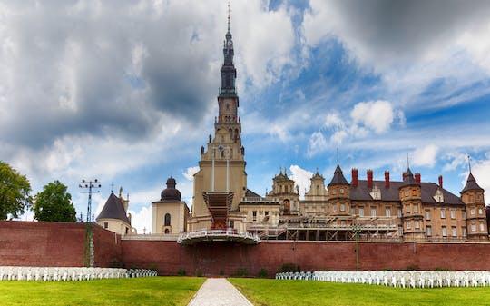 Madona Negra de Czestochowa e casa de João Paulo II em um dia