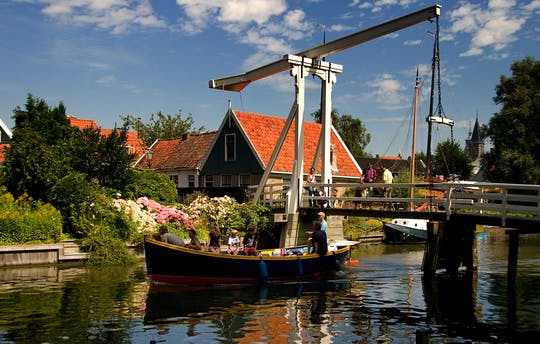 Volendam, Edam and windmills guided tour with Amsterdam canal cruise