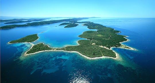 Praia de Saharun e passeio de barco privado pela ilha de Zverinac saindo de Zadar