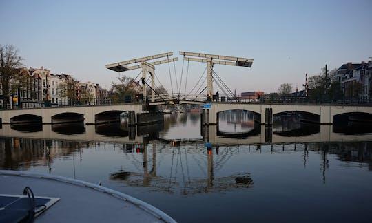 Passeio de barco pelos canais de Amsterdã de manhã cedo