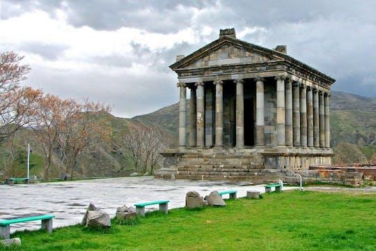 Tour de un día al monasterio de Geghard, el templo de Garni y al lago Sevan desde Ereván