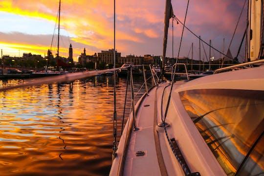 Esperienza di navigazione al tramonto a Barcellona