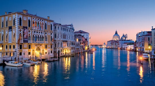 Tour nocturno de comida callejera y vino en Venecia