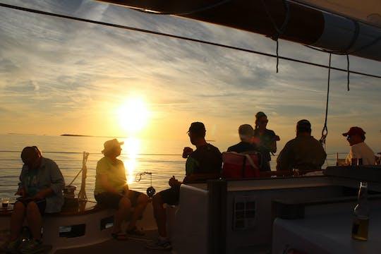 Navegación al atardecer en Schooner America 2.0