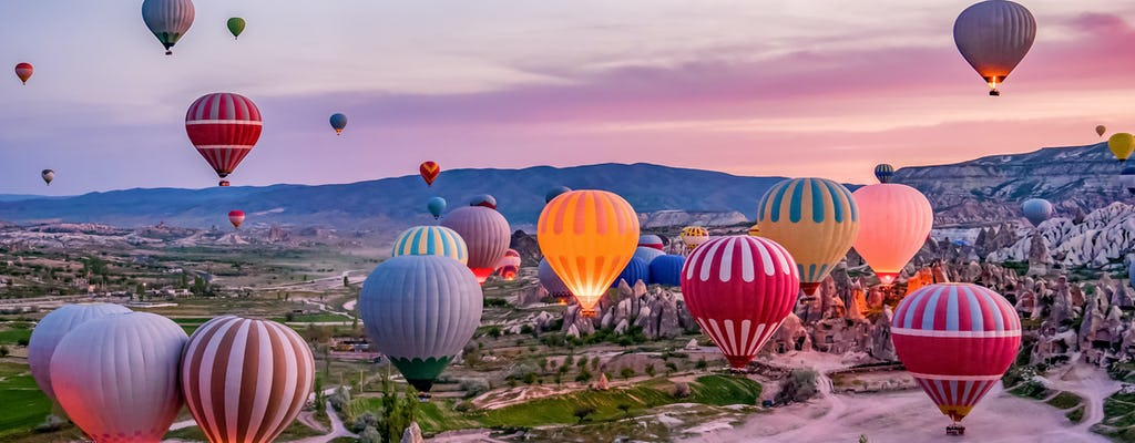 Luchtballonvlucht boven de sprookjesachtige schoorstenen van Cappadocië