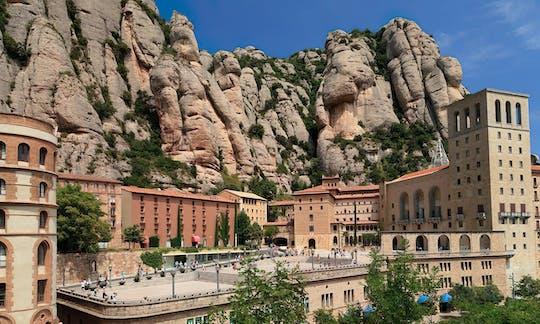 Przejazd do góry Montserrat o wschodzie słońca