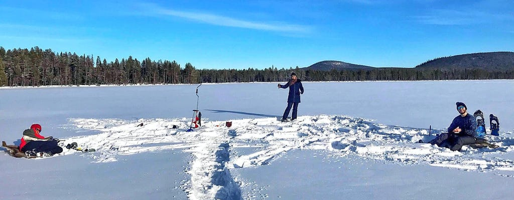 Pesca no gelo nos lagos selvagens da Lapônia sueca