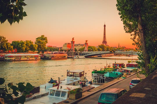 Romantic dinner-cruise on the Seine river