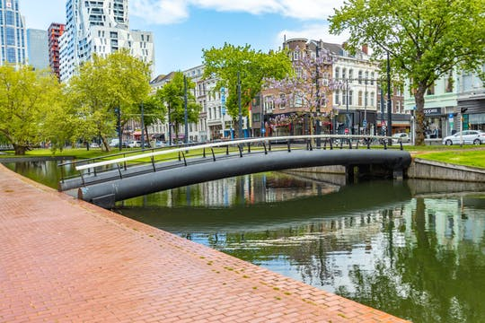 Paseo histórico de Rotterdam con un local