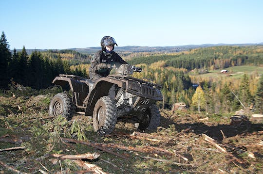 Safari in quad attraverso una foresta finlandese