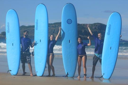 Clase de surf en grupo para principiantes