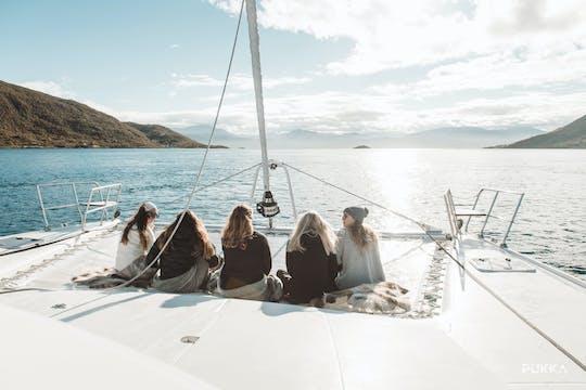 Safari in barca a vela estiva nel fiordo artico