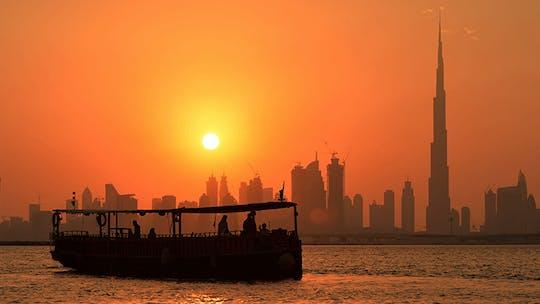 Paseo en barco de madera Abra de 60 minutos con puesta de sol de Burj Khalifa