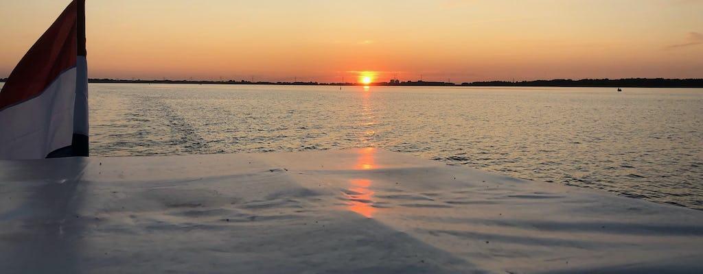 Cruzeiro ao pôr do sol ao longo do Gooimeer