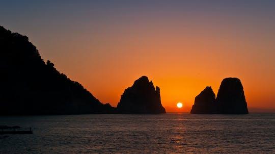 Passeio de barco ao pôr do sol e happy hour ao longo da costa de Sorrento