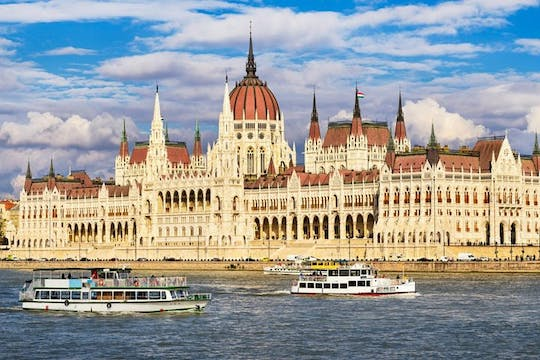 Full-day Budapest private city tour with lunch and cruise