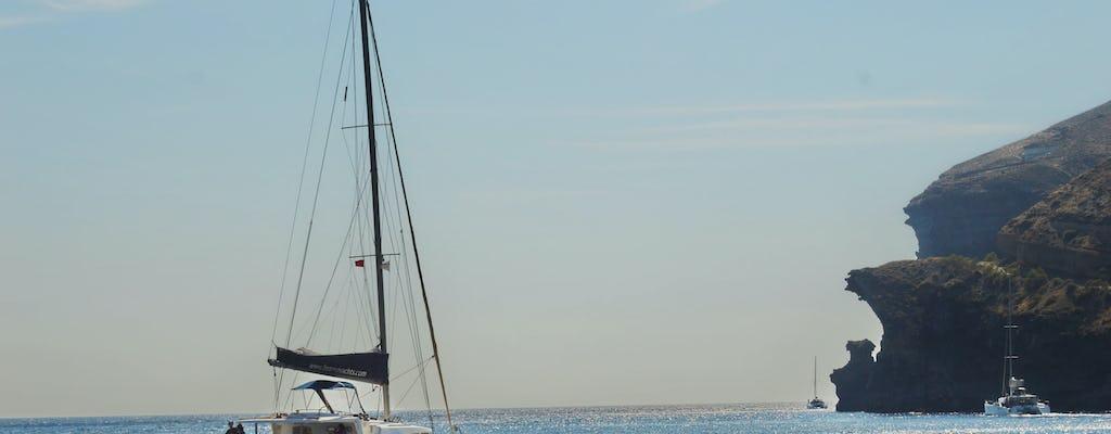 Cruzeiro diurno de catamarã semiprivativo em Santorini